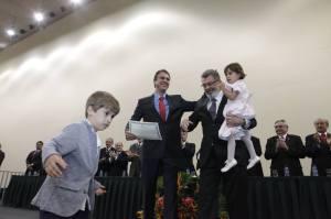 Camilo recebeu o diploma acompanhado do pai e dos filhos - Foto: ASCOM