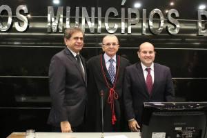 Zezinho e Roberto Cláudio prestigiaram a posse do conselheiro Chico Aguiar - Foto: Máximo Moura