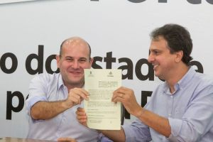 Roberto Cláudio e Camilo Santana exibem o protocolo de intenção para a construção do IJF 2 - Foto: Carlos Gibaja